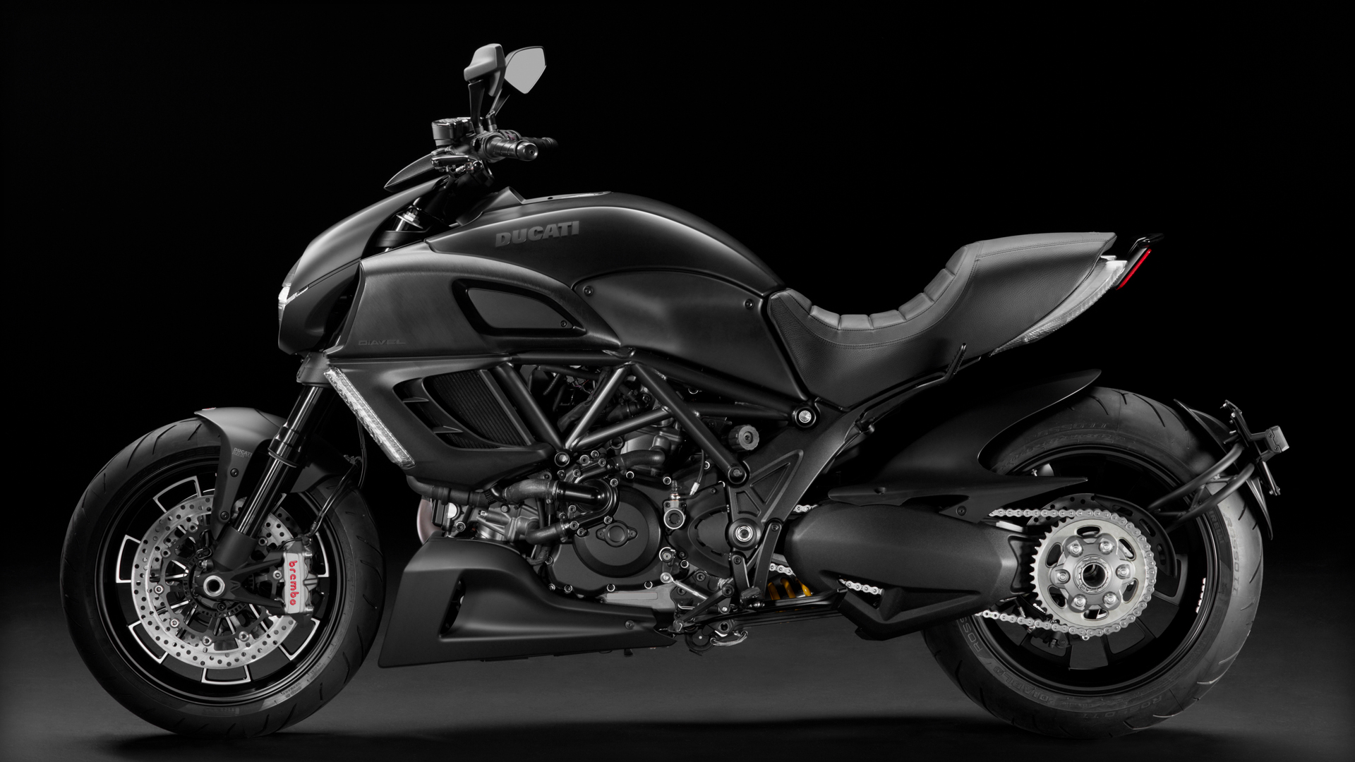 Diavel-Dark_2013_Studio_MB_G01_1920x1080.mediagallery_output_image_[1920x1080]
