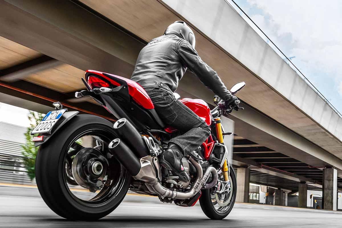 2014-Ducati-Monster-1200S-In-Action-1