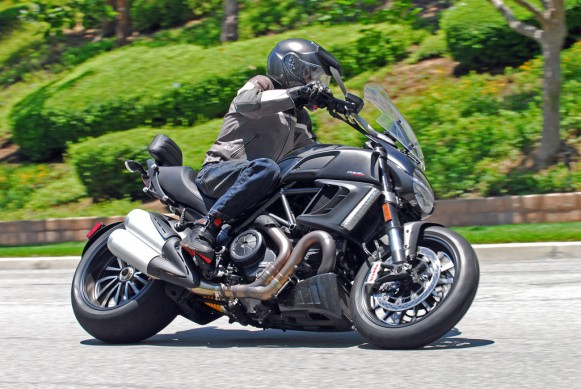 2014-Ducati-Diavel-Strada-Action-06-581x389